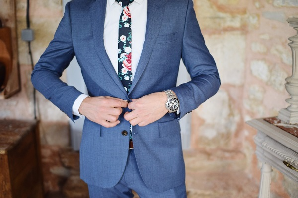 Modrý oblek na mieru
