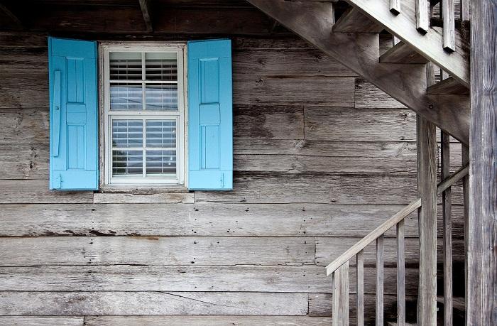 Drevodom s modrými okenicami